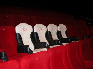 Udobno gledanje filma u bioskopu iz Audi auto fotelja: reklamiranje firme Audi i proizvoda auto sedišta
