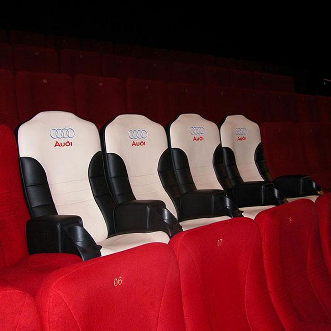 Udobno gledanje filma u bioskopu iz Audi auto fotelja: reklamiranje firme Audi i proizvoda auto sedišta naprstak
