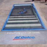 Automehaničar u kanalu na pumpi: reklamiranje firme ACDelco opravke -sličica