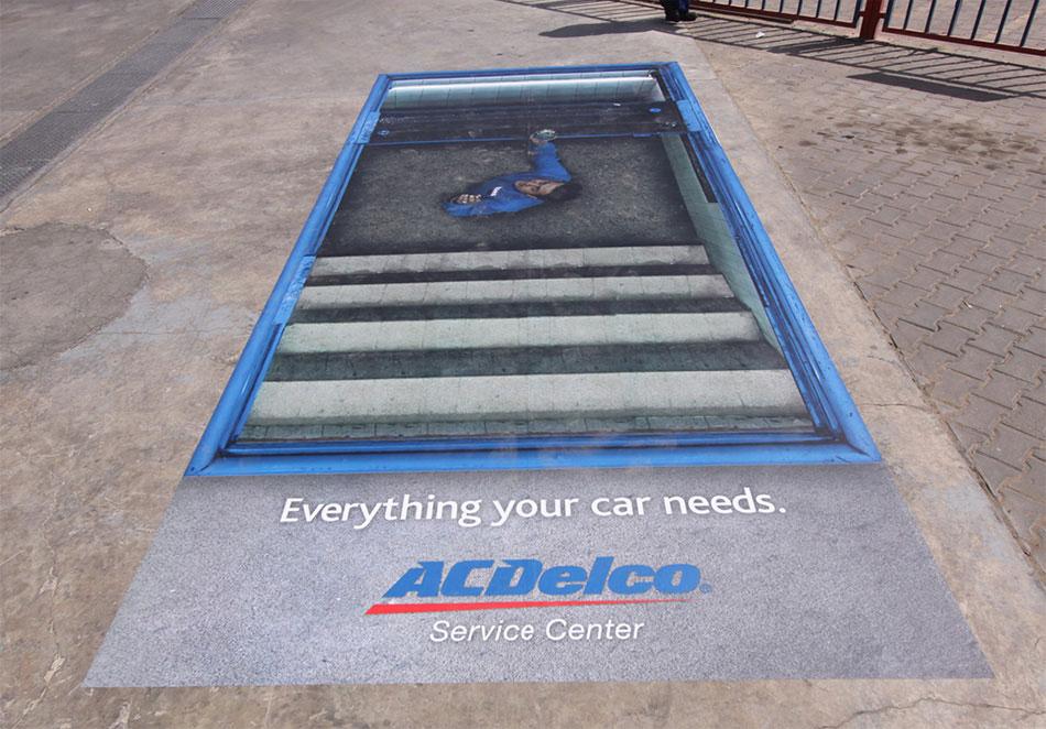 Automehaničar u kanalu opravlja: reklamiranje firme ACDelco