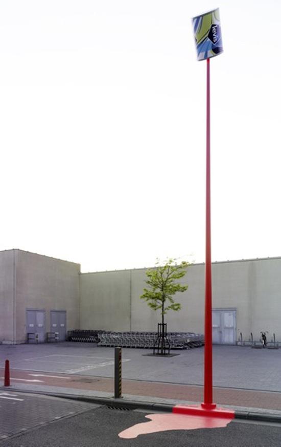 Bandera crveno izlivanje Levis farbe ispred Šoping Centra - reklamiranje firme