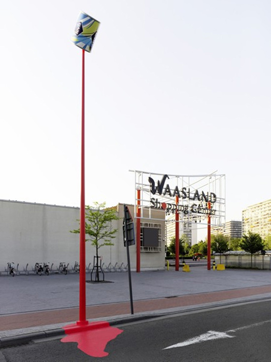 Bandera mlaz crvene farbe ispred Waasland Shopping Center-a - reklamiranje-levis-firme
