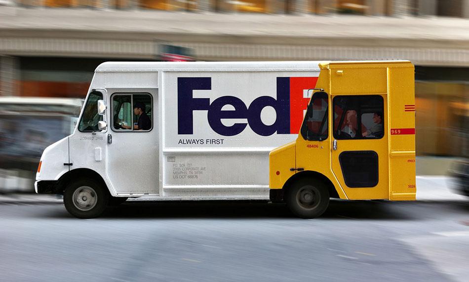 Beli FedEx kamion ispred žutog DHL kamiona: reklamiranje firme