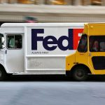 Beli kamion ispred žutog reklamiranje FedEx prevoz pošiljki: sličica