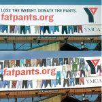Bilbord prekriven širokim pantalonama - reklamiranje firme ymca - slicica