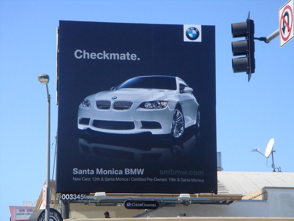 BMW M3 sa bilborda poručuje Audiju A4 šahmat - reklamiranje firme