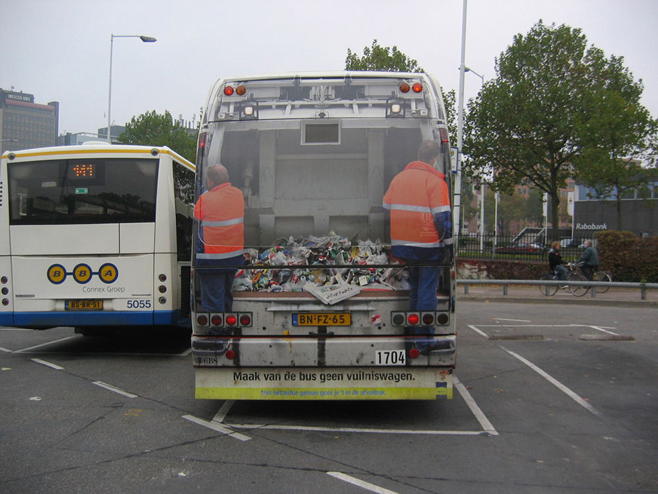 Bus na parkingu sa zadnjim delom kao kamionom za smece - reklamiranje SNS