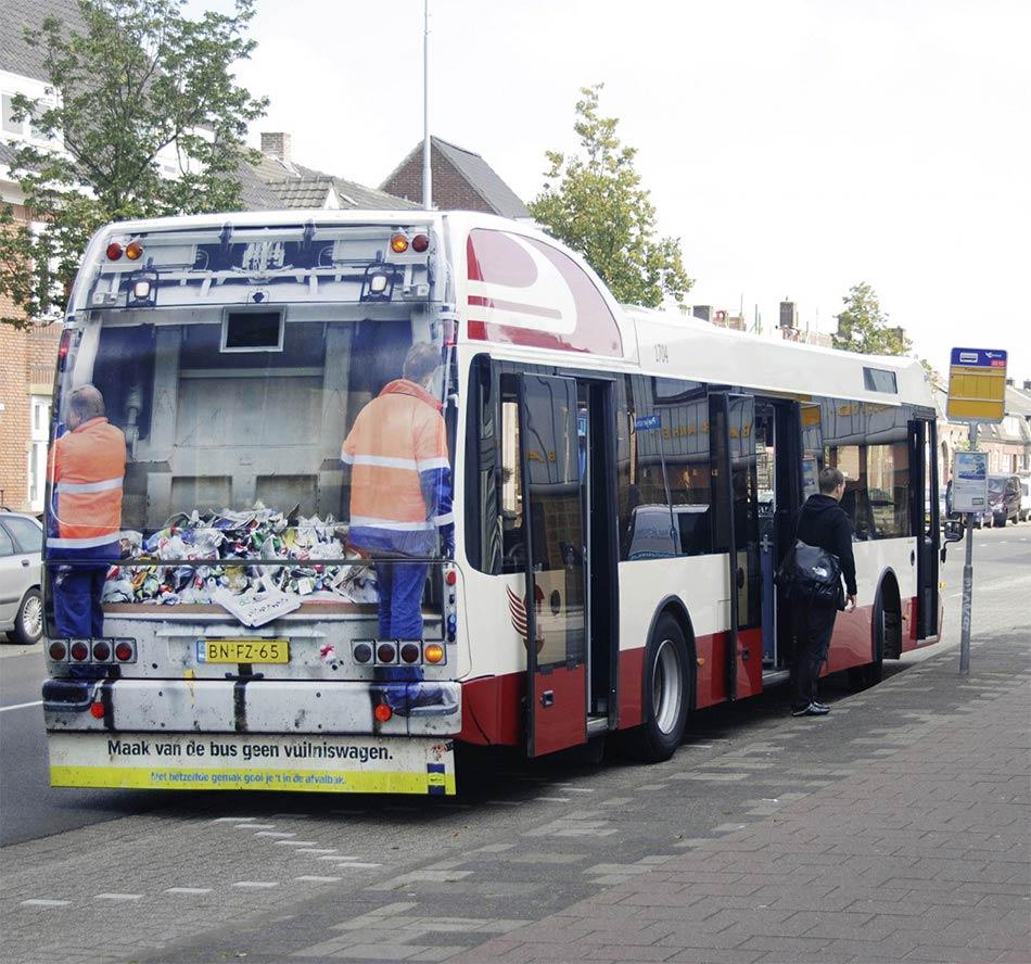 Bus na stanici sa zadnjim delom kao kamionom za otpad - reklamiranje SNS