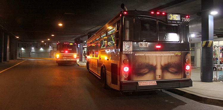 Bus u perspektivi sa reklamom u donjem delu: reklamiranje firme Bayer