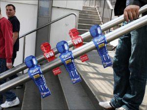 Carlsberg figurice na drškama stepenica reklamiranje firme