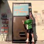 Dečak na automatu kupuje gazirane limenke: reklamiranje PepsiCo firme