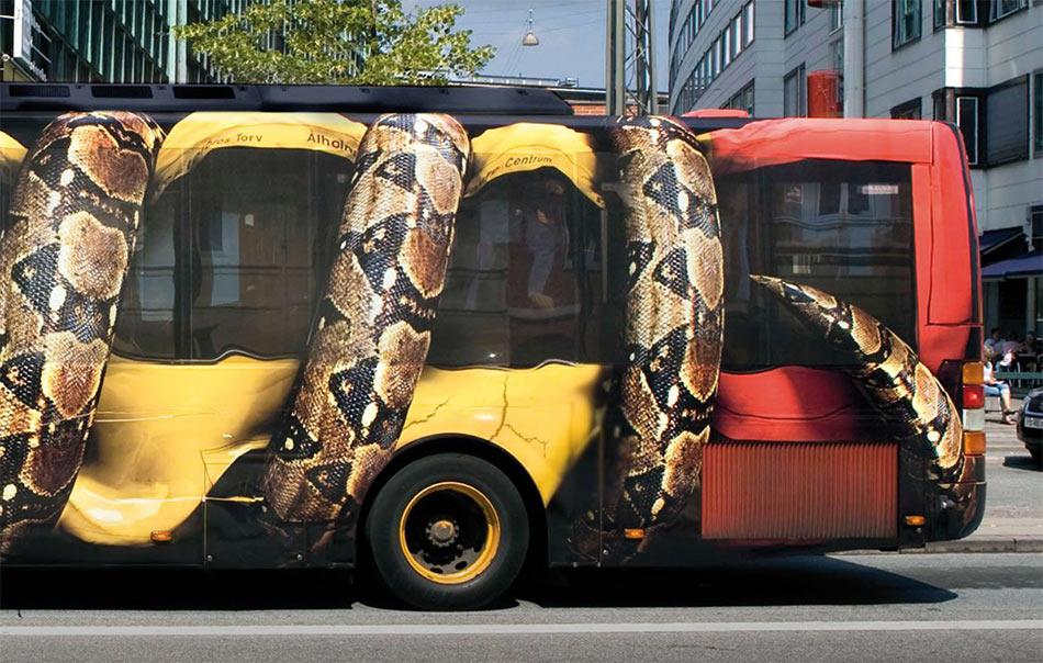 Desna polovina busa - džinovski Piton zadnjim delom tela gužva zadnji deo busa - reklamiranje firme