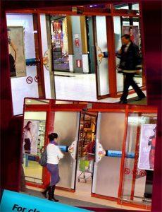 Domaćica ulazi na vrata a gumeni brisači čiste stakla: reklamiranje proizvoda Ajax