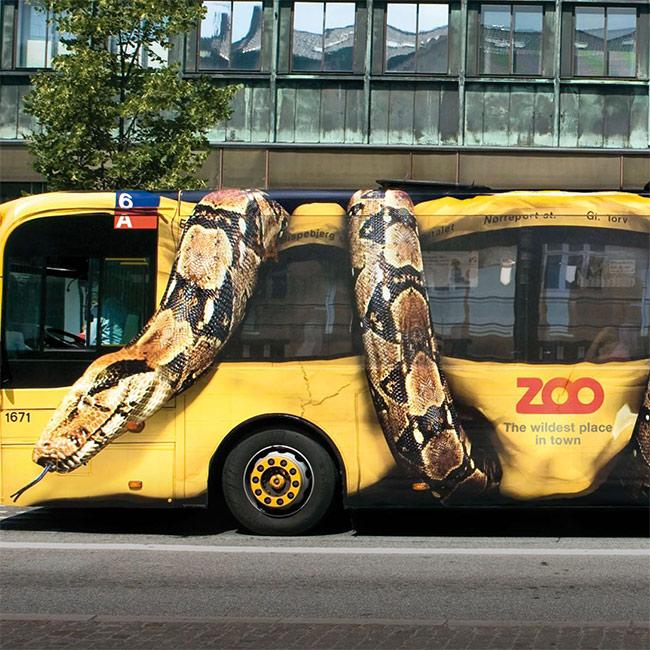 Gigantska zmija steže i gužva bus: kako reklamirati firmu Copenhagen Zoo i uslugu gledanja životinja - slicica