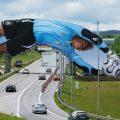 Golman Kahn skače preko autoputa reklamiranje Adidas opreme: sličica