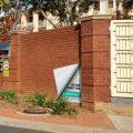 Izvrnut ćošak nalepnice na ciglama, fasadi zgrade: reklamiranje firme E-Graphics i usluge štampanja - slicica