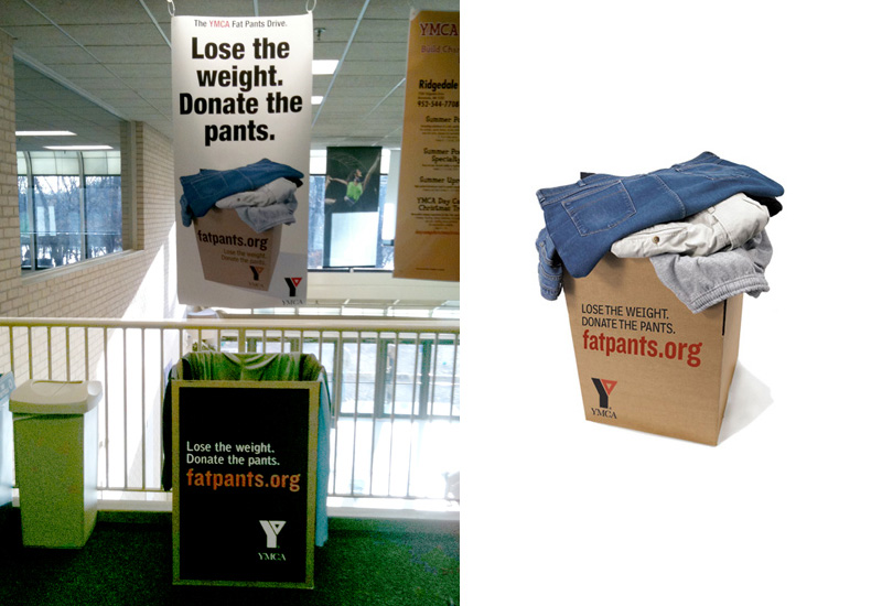Kartonske kutije YMCA firme u koje su ostavljane široke pantalone - reklamiranje