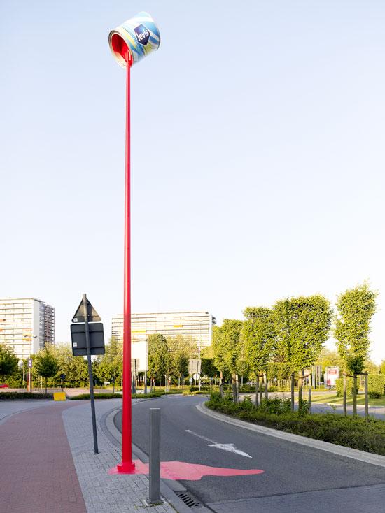 Limenka Levis crvene farbe na vrhu bandere - reklamiranje firme