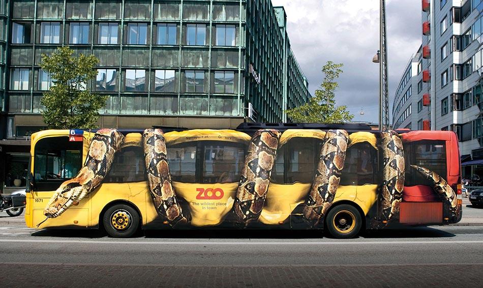 Mamutska Boa konstriktor steže i gužva bus - reklamiranje firme