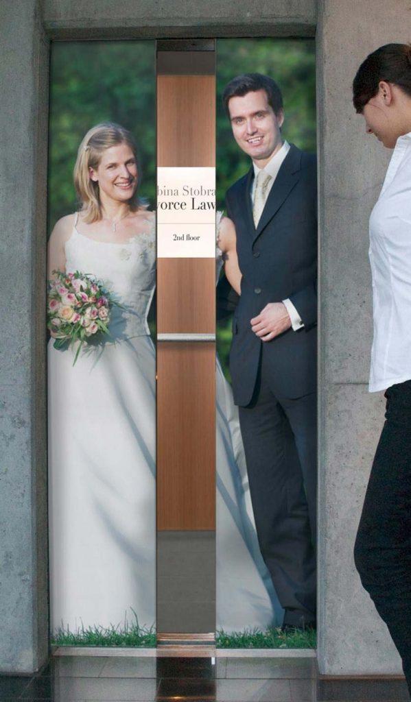 Mlada i mladoženja razdvojeni na vratima lifta i reklamiranje Sabine Stobrawe
