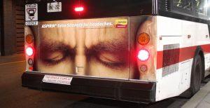 Namršteno čelo na zadnjem delu busa: reklamiranje firme Bayer