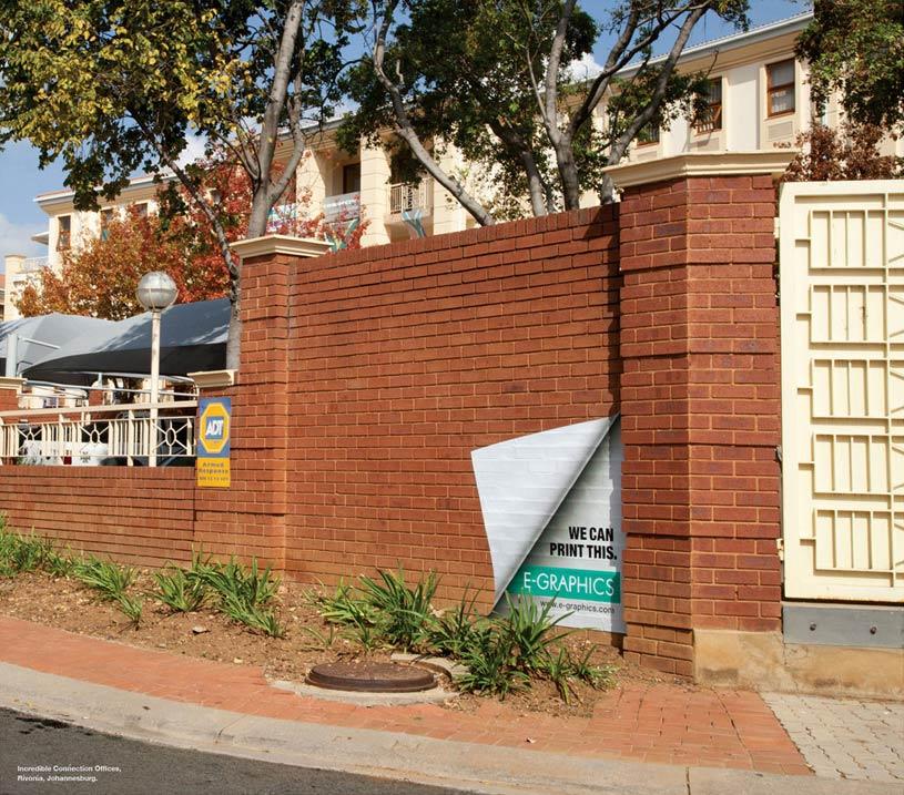 Odštampani zid crvenih cigala sa izvrnutim ćoškom - reklamiranje firme eg plus