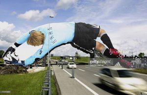 Ogroman prolaz vozila ispod Oliver Kahn-a: reklamiranje firme Adidas