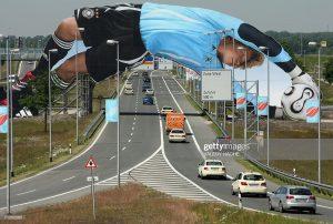 Oliver Kahn skače preko autoputa da uhvati loptu: reklamiranje firme Adidas
