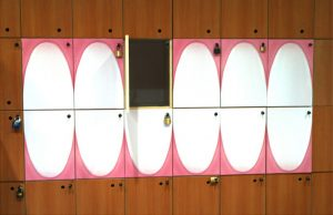 Otvorena vrata kasete ormara kao pokvaren zub: reklamiranje firme GABA
