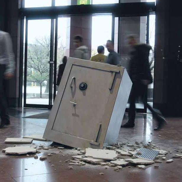Pali sef kroz plafon banke na pod - reklamiranje firme lifebroker - slicica