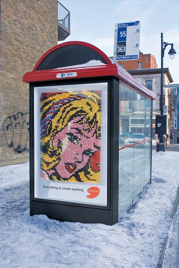 Pogled sa puta na pastelnu plavooku devojku na billboard-u buske stanice - reklamiranje firme Deserres
