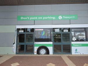 Poruka iznad vrata busa na zidu stadiona: reklamiranje firme Transperth