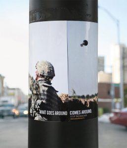 Poster obmotan oko stuba bomba iznad potiljka istog vojnika GKzM