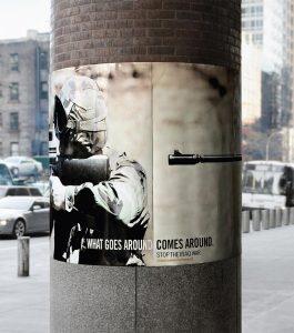Poster obmotan oko stuba usta cevi na potiljku istog tog vojnika GKzM