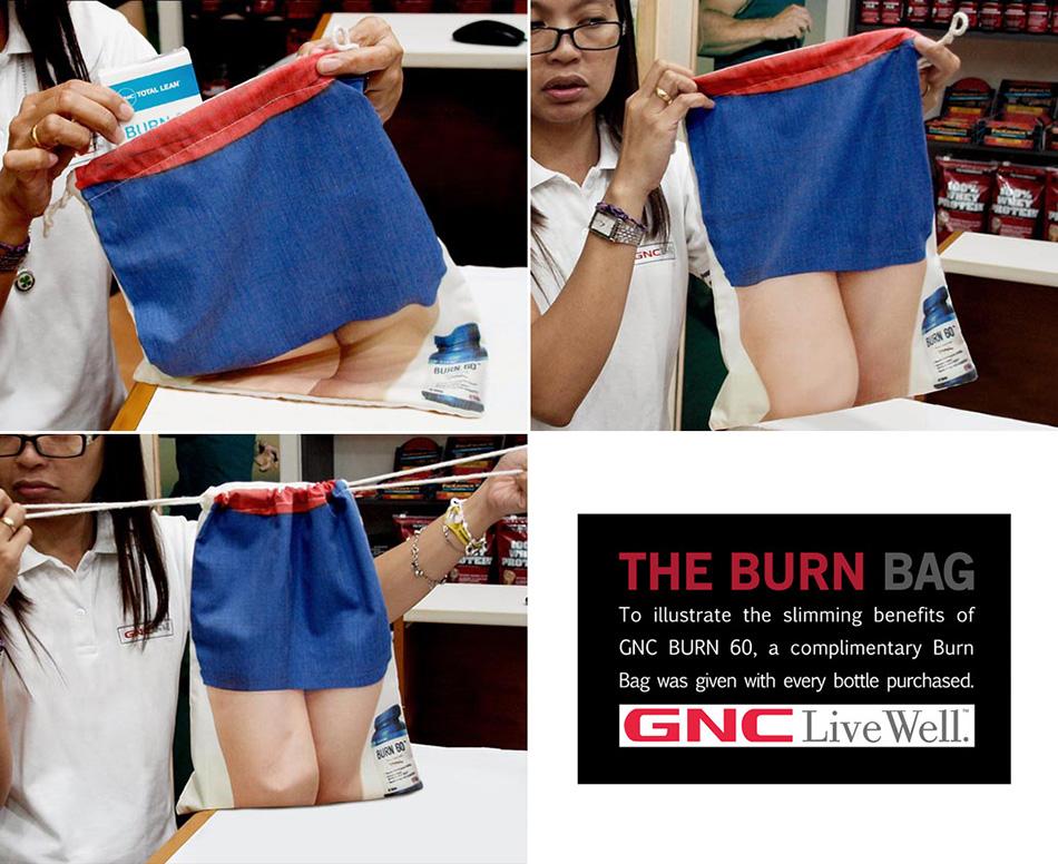 Prodavačica demonstrira efekat mršavljenja devojke na torbi - reklamiranje GNC firme