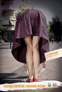 Sagnuta devojka u bordo suknji čisti: reklamiranje Starog grada Beograda