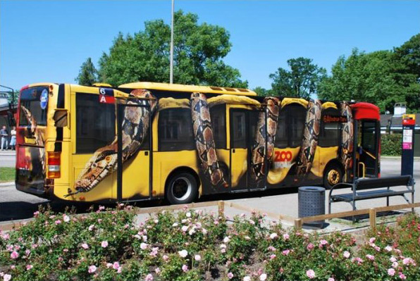 Straobalni Carski udav gužva bus na stajalištu - reklamiranje firme
