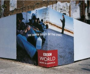 Ugaoni bilbord BBCGN: imigranti i graničar sukobljeni reklamiranje BBCGN