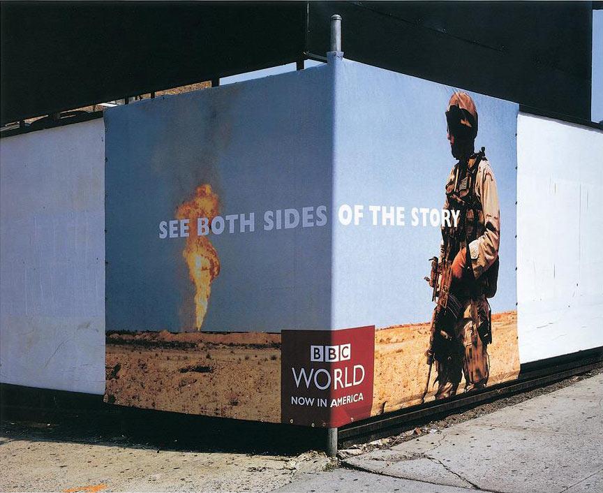 Ugaoni bilbord BBCGN: naftno polje gori i vojnik reklamiranje BBCGN