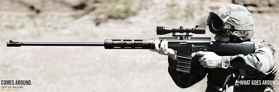 Vojnik drži pušku uperenu u nekog drugog vojnika