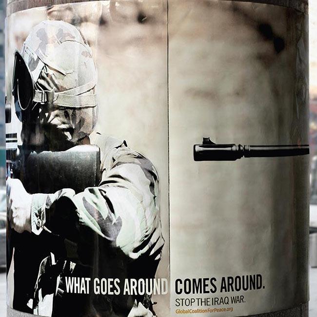 Vojnik nišani, uperena cev u potiljak, GKzM apel za mir u Iraku: sličica