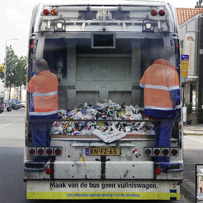 Zadnji deo busa kao kamion za smeće u saobracaju - reklamiranje SNS-slicica