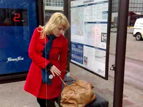 Žena drži tašnu na klupi i meri težinu reklamiranje Fitness First
