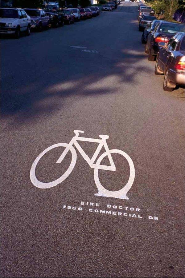 Saobraćajni znak ležećeg bajka reklamiranje firme Bikes on the drive